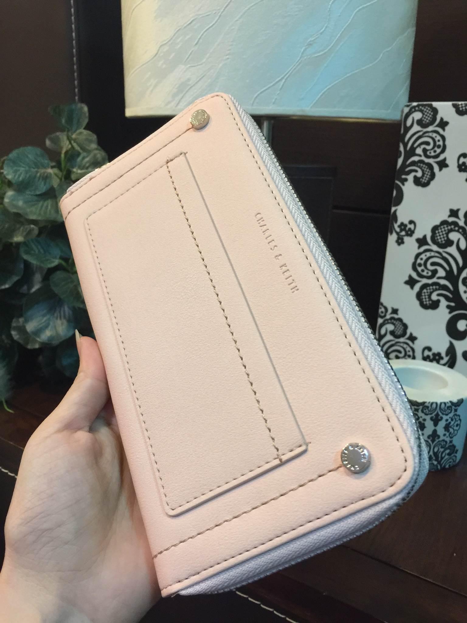 กระเป๋าสตางค์ใบยาว Charles & Keith Studded Front Pocket Wallet ชมพูอ่อน ราคา 990 บาท Free Ems