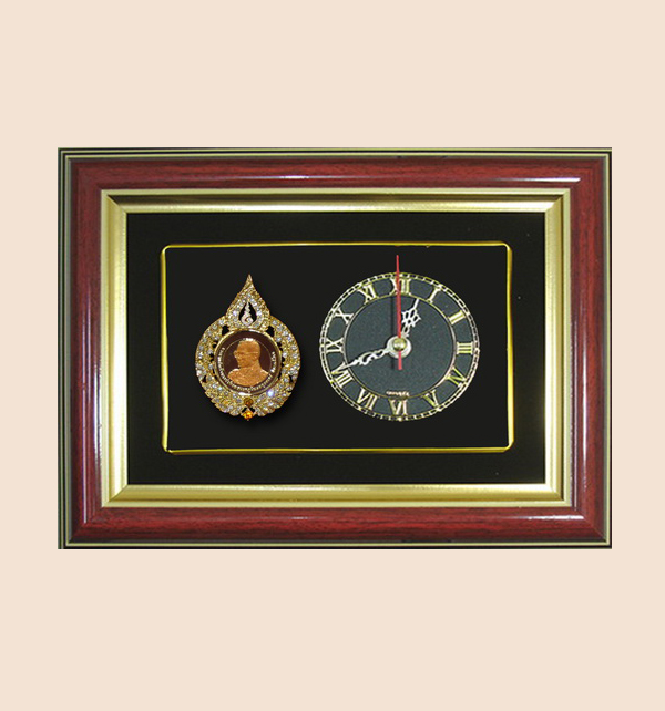 ของที่ระลึก กรอบสั่งทำพิเศษ (กรอบนาฬิกาในหลวง) ขนาด : 9 x 7 นิ้ว