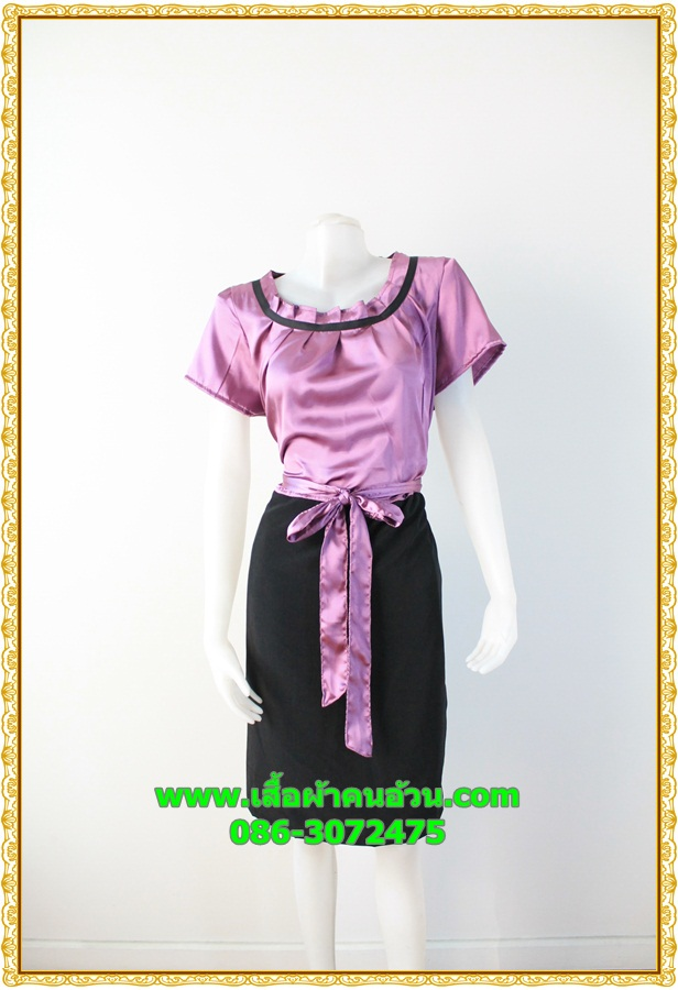 2898ชุดทํางาน เสื้อผ้าคนอ้วนสีกลีบบัวคอกลม จีบทวิสต์กุ๊นดำสไตล์แอคทีฟ ผู้ดี เรียบร้อยสง่าสไตล์หวานกับผ้าซาติน