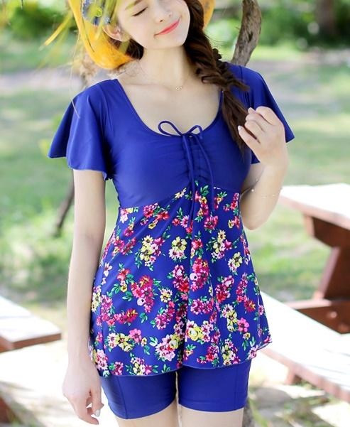 ชุดว่ายน้ำแฟชั่นสีน้ำเงินพร้อมส่ง:ชุดเสื้อกางเกงแต่งลายดอกไม้สีสันสดใส กางเกงขาสั้นใส่ด้านในน่ารักมากๆจ๊ะ:รอบอก36-44นิ้ว เอว36-42นิ้ว สะโพก38-46นิ้วจ้า