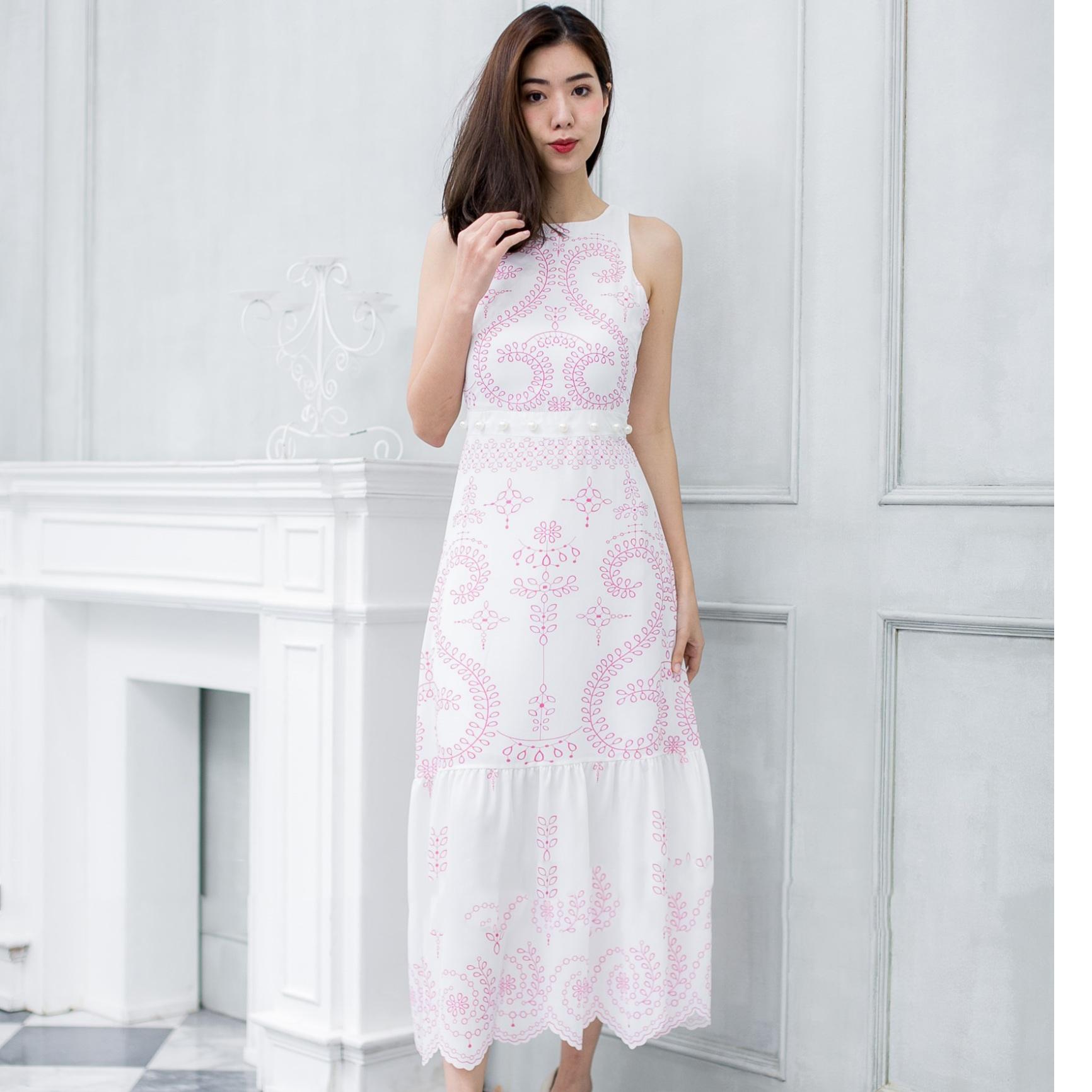 ชุดเดรสยาวสีขาว ปักลายสีชมพู ลายสวยเก๋ สไตล์สวยใส่ คุณหนูๆๆ ใส่เที่ยว ใส่ออกงานดูเด่น ใส่เที่ยวทะเลได้