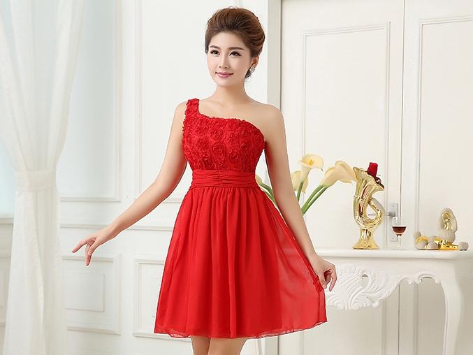 ชุดราตรีสั้นสีแดง ไหล่เฉียง แต่งดอกไม้ กระโปรงผ้าชีฟอง เหมาะสำหรับใส่ไปงานแต่งงาน ชุดเพื่อนเจ้าสาว งานเลี้ยงแนวสวยหรู งานบายเนียร์