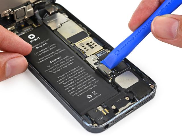 วิธีเปลี่ยนแบต iPhone 5 ขั้นที่ 7
