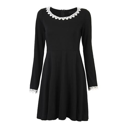 เสื้อตัวยาวสีดำผ้ายืด แต่งลูกไม้ที่คอและปลายแขน