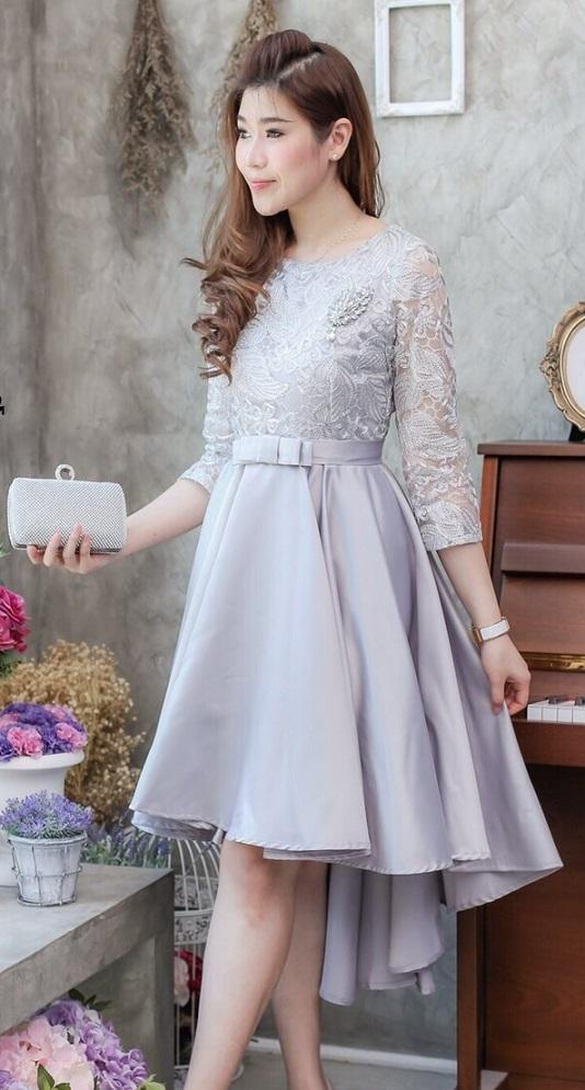 (Size M ) ชุดไปงานแต่งงาน ชุดไปงานแต่งสีเงิน Dress layer swing ผ้าไหมซาตินแขนสามส่วน ทรงหน้าสั้นหลังยาว มีดีเทลที่ตัวเสื้อใช้ลูกไม้อย่างดีทอดิ้นทองและเงินเป็นลายใบไม้ และที่กระโปรงด้านล่างใช้ผ้าไหมซาตินสีพื้นอย่างดี ,