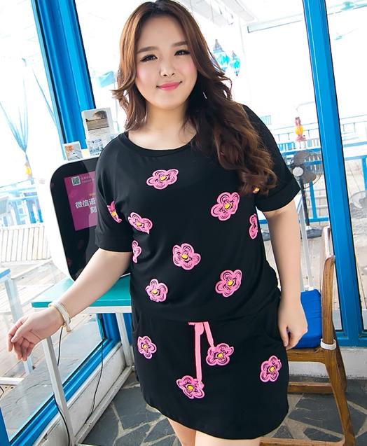 Pre Order - เดรสแฟชั่นเกาหลีคนอ้วน Big Size พิมพ์ลายดอกไม้สีชมพู มีสายรัดเอว สีดำ