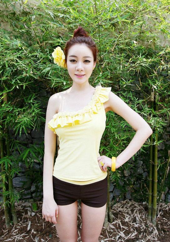 ชุดว่ายน้ำ ระบายดอกไม้ สีเหลืองน่ารัก