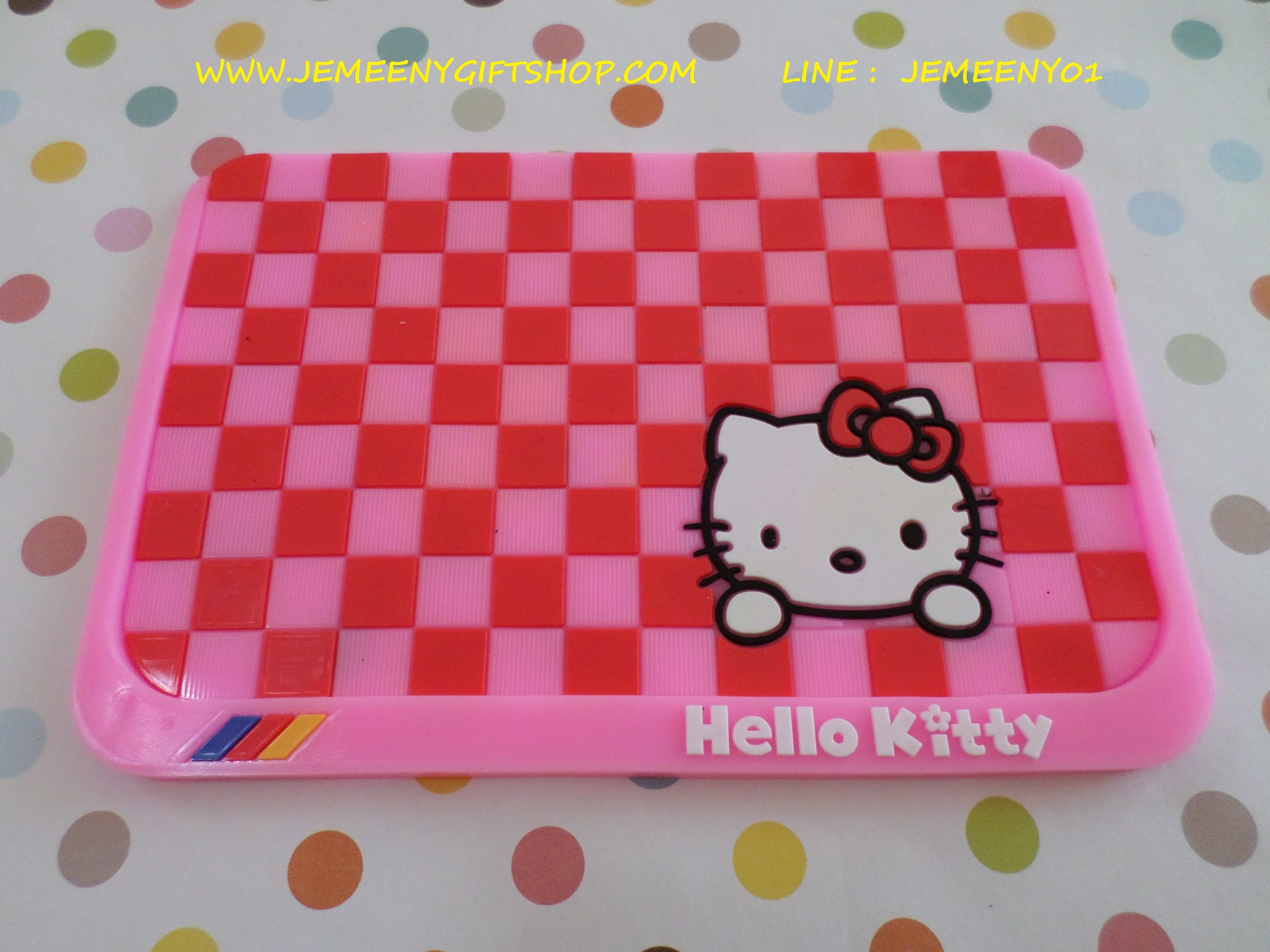 แผ่นยางกันลื่นวางหน้ารถ ฮัลโหลคิตตี้ Hello Kitty ขนาด 16 ซม. * 11 ซม. สีชมพู ลายสก๊อตคิตตี้โบว์แดง