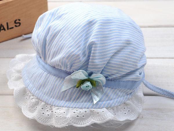 หมวกปีกเด็กผู้หญิงลายฟ้าขาว ที่ปีกมีระบายลูกไม้ลายฉลุตกแต่งริบบิ้นโบติดดอกไม้ มีสายผูกที่คาง สำหรับเด็ก1-6เดือนน่ารักมากๆค่ะ