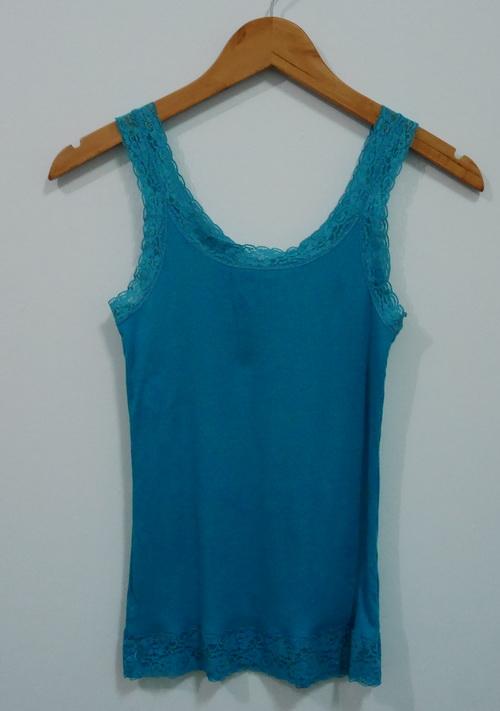 jp4070 เสื้อกล้าม ผ้ายืดสีเขียวแต่งผ้าลูกไม้ แบรนด์ uniqlo รอบอก 30- 33 นิ้ว