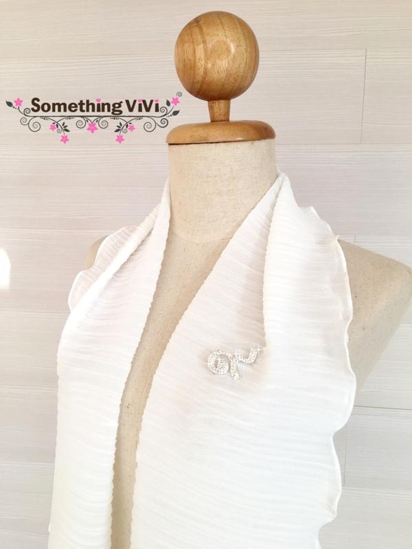 ผ้าพันคอ/ผ้าคลุมไหล่/ผ้าคลุมให้นม Set: Pin no. ๙ and Pleated Issey (Size S) สี Creme Glacee ผ้าพันคอพลีทสีขาวดูสุภาพ ใส่ออกงานได้ทั่วไป ได้หลากหลายงาน มีความสุภาพและเรียบร้อย ผ้ายืดหยุ่น นุ่มน่าสัมผัส พร้อมเข็มกลัดเลข ๙ ที่ระลึก เลขที่มีความหมายดี งานเกรด